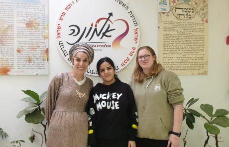 התלמידות מאולפנית בני ברק וניצול השואה – המשימה הלימודית שלא ישכחו
